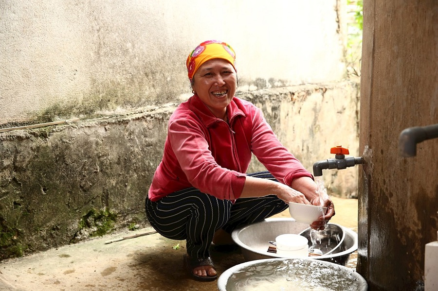 Người dân miền Trung vui mừng khi có nguồn nước sạch dồi dào, ổn định để phục vụ sinh hoạt hằng ngày.