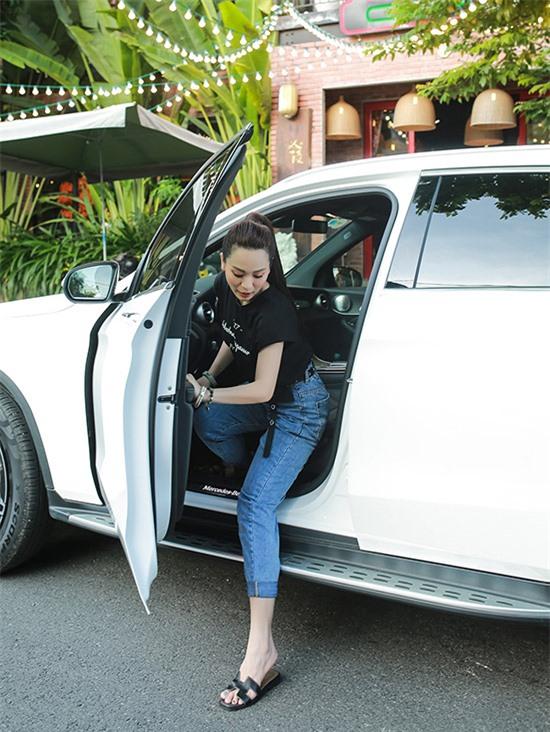 Ánh Linh tranh thủ về Bắc thăm gia đình khi không có nhiều show diễn. Cô tự lái xế hộp đi chợ mua thực phẩm về bán quán ăn.