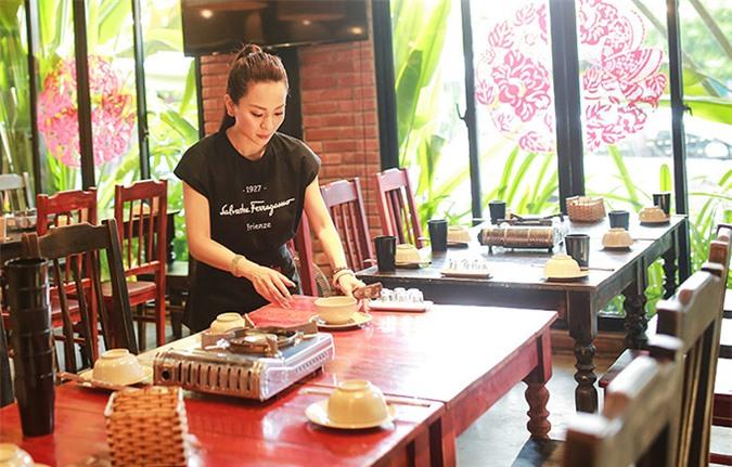 Ánh Linh tự dọn dẹp bàn ăn như một phục vụ. Cô dự định khi trở lại Sài Gòn, đợi sắp xếp công việc ổn định sẽ mở một nhà hàng của riêng mình.