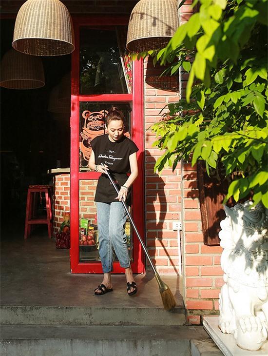 Hình ảnh Ánh Linh ăn mặc giản dị, cầm chổi quét dọn quán khác hẳn vẻ lộng lẫy khi cô lên sân khấu ca nhạc.