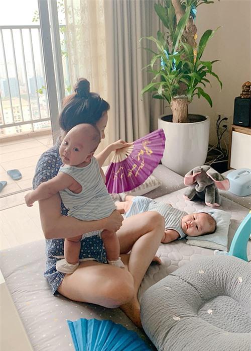 Trở thành mẹ bỉm sữa, cuộc sống của Ngọc Hương quay cuồng xoay quanh hai cậu nhóc. Cô cho biết, sinh đôi bận rộn hơn gấp mấy lần chứ không phải gấp đôi sinh thường. Dịp cuối năm, MC Thành Trung thường đi dẫn xa nên một mình cô gần như cáng đáng mọi việc trong nhà. Luôn có sự giúp đỡ của 2-3 người giúp việc nhưng Ngọc Hương vẫn mệt mỏi vì mỗi ngày chỉ ngủ 4-5 tiếng nhưng không liền giấc, thường xuyên phải dậy hút sữa hay cho con ăn.