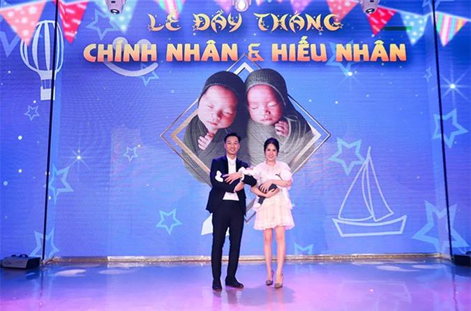 Ngày tổ chức lễ đầy tháng cho cặp song sinh Chính Nhân - Hiểu Nhân, Ngọc Hương được nhận xét thon gọn như chưa hề sinh nở.