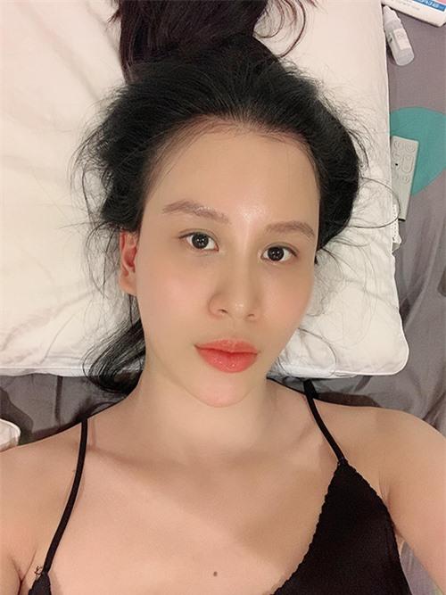 Qua tháng đầu tiên, khi mọi chuyện ổn định, Ngọc Hương bắt đầu có thể dành thời gian cho bản thân. Cô tranh thủ dưỡng da trong lúc các con ngủ. Bên cạnh đó, bà xã Ngọc Hương cũng quay trở lại với công việc bán hàng online trên Facebook.