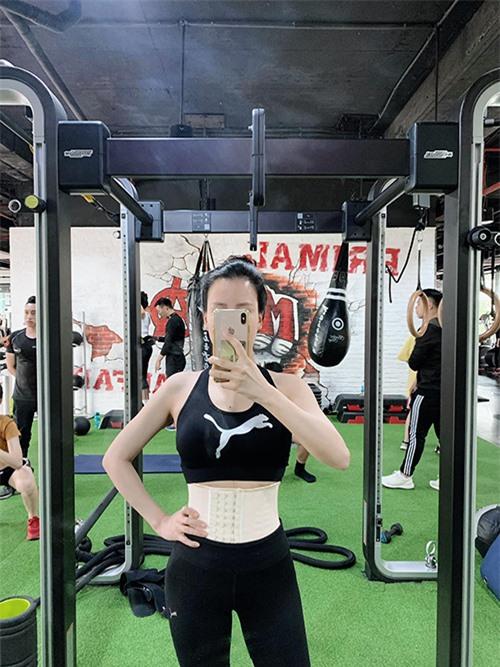 Giảm cân nhanh nhưng vóc dáng vẫn in hằn dấu vết của việc sinh nở với vòng hai không săn chắc nên cô quyết định trở lại phòng gym, tập với PT riêng khi sức khỏe ổn định. Cô cũng bắt đầu áp dụng chế độ ăn uống nhiều đạm, rau xanh và ít tinh bột. Bên cạnh đó, cô cũng chăm chỉ gen bụng, quấn nóng và tập luyện để cải thiện vòng hai sau khi mang bầu sinh đôi.