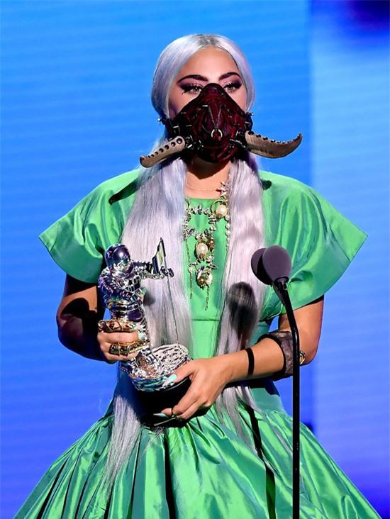 Bà mẹ quái vật mặc bộ đầm xanh lên nhận giải Ca khúc của năm với bài Rain On Me. Lần này, Gaga đeo mặt nạ màu nâu như chiếc sừng trâu.