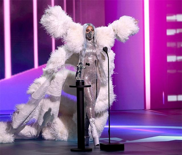 Cuối lễ trao giải, nữ ca sĩ lại được xướng tên là Nghệ sĩ của năm. Gaga lộng lẫy bước lên sân khấu như nữ hoàng trong bộ cánh lông vũ lớn. Cô đeo khẩu trang màu bạc ton sur ton với bộ body suit. Giọng ca Born This Way là ngôi sao giành chiến thắng lớn nhất trong đêm trao giải năm nay. Trước đó, cô cũng là người được đề cử nhiều nhất ở 9 hạng mục.
