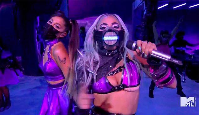 Lady Gaga đeo chiếc mặt nạ khác trình diễn trong đêm trao giải. Cô và Ariana Grande song ca bài Rain On Me. Các vũ công cũng che chắn kín mặt bằng các loại khẩu trang.