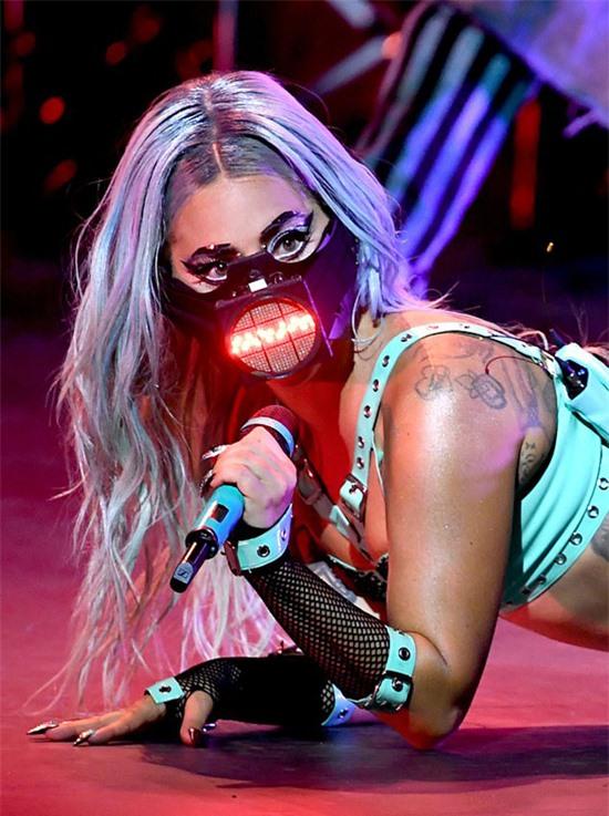 Chiếc mặt nạ của Gaga có đèn led chiếu sáng và được cho là có gắn micro bên trong.