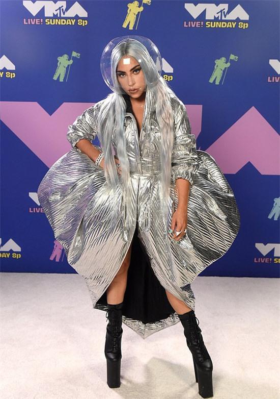 Khi lên thảm đỏ trước giờ trao giải, Lady Gaga chọn phong cách nhẹ nhàng nhất với đầm xòe và mặt nạ trong suốt như chiếc mũ của người du hành vũ trụ. Gaga có lẽ là người vừa phòng dịch kỹ nhất, vừa thời trang không ai sánh kịp tại lễ trao giải năm nay.
