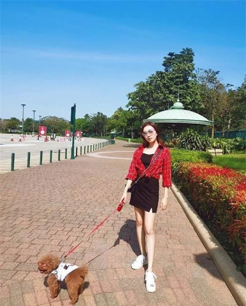 Quách Gia Văn cùng chó cưng.