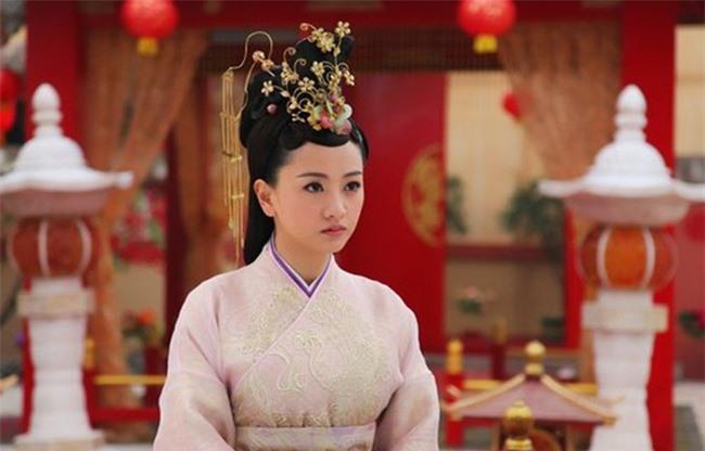 """Nữ nhân """"đỉnh"""" nhất Trung Hoa phong kiến: Cãi lời gia đình cưới tên lính gác cổng rồi sinh 4 con trai làm Đế vương và 2 con gái làm Hoàng hậu - Ảnh 2."""