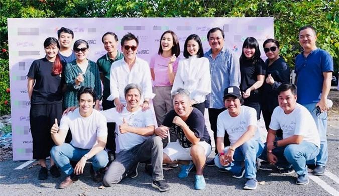 Ca sĩ - diễn viên Ái Phương (áo hồng hàng sau) tham gia một buổi casting của Giấc mơ của mẹ.