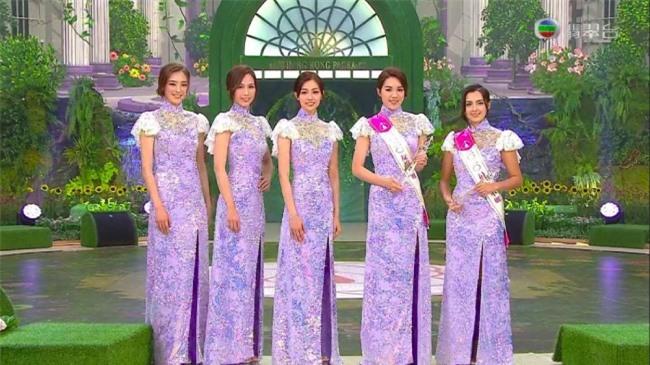 Các cô gái trong trang phục truyền thống cách điệu. Trang phục của nhà đài năm nay cũng bị chê lòe loẹt, quê mùa. Cuộc thi Hoa hậu Hong Kong do đài TVB tổ chức, bắt đầu từ năm 1973 và luôn được dư luận Hong Kong quan tâm. Những năm gần đây, nhan sắc của các cô gái tham gia cuộc thi nhận nhiều xì xào, bàn tán. Không ít ý kiến cho rằng chuẩn nhan sắc của Miss Hong Kong ngày càng tệ.