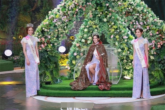 Tân Hoa hậu bên hai Á hậu, khi đăng quang.
