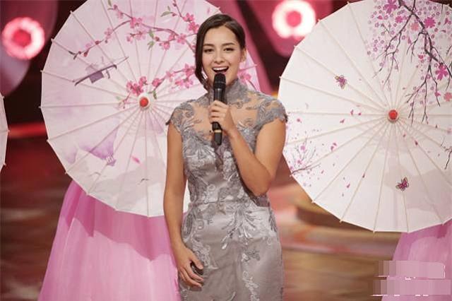 Số đo ba vòng của Tân Hoa hậu là 33, 23, 34 (tương đương 84 cm, 58 cm, và 87 cm). Khi con số này được công khai, nhiều người cho rằng con số này... không trung thực.