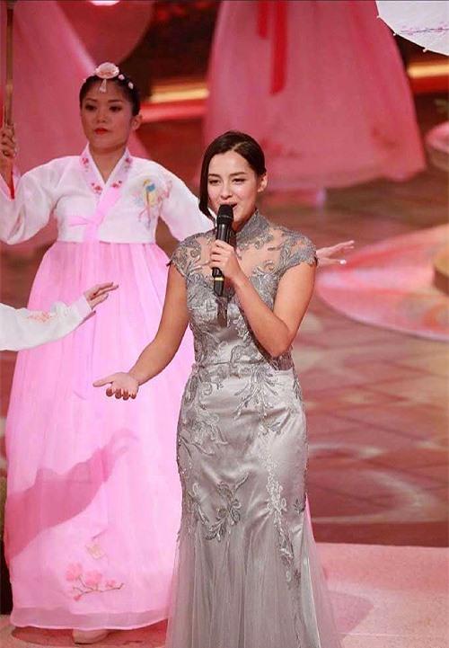 Độc giả giả trang ON (Hong Kong) nhiều người nói rằng Tạ Gia Di trông vóc dáng như bà cô 40, chứ không phải là cô gái đôi mươi.