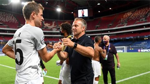 """Thomas Mueller (trái) lột xác dưới thời HLV Hansi Flick để cùng Bayern lần thứ 2 giành cú """"ăn ba"""""""