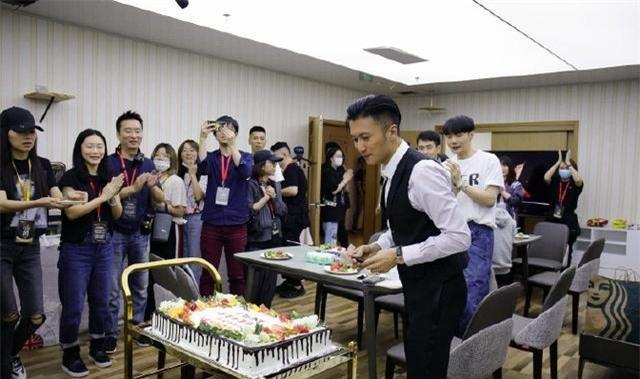 Tạ Đình Phong mừng sinh nhật tuổi 40.