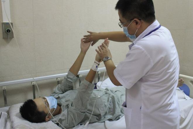 Bác sĩ đang kiểm tra sức khỏe cho bệnh nhân.