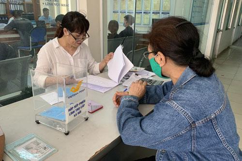 Người dân đến nhận tiền hỗ trợ đợt 1 tại quận Thanh Khê, Đà Nẵng. Ảnh: VGP.