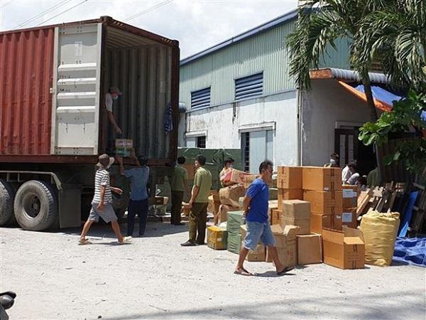 Số lượng lớn hàng hóa có dấu hiệu nhập lậu đang được cơ quan chức năng kiểm tra và xử lý.