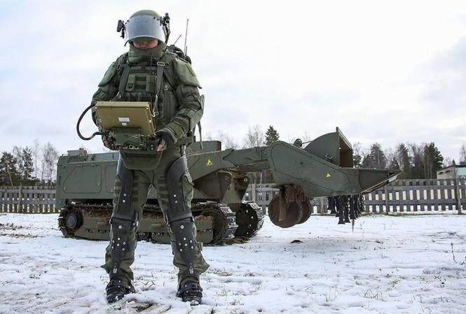 Một binh sỹ Nga mang bộ giáp hỗ trợ để điều khiển robot phá mìn Uran-6
