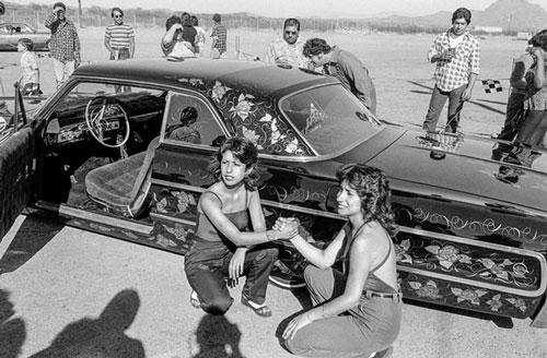Hai cô gái đang tạo dáng chụp hình phía trước một chiếc xe vừa đoạt giải thưởng tại một cuộc thi trang trí xe ở ngoại ô Phoenix năm 1979. Phoenix là thành phố lớn nhất cũng là thủ phủ của tiểu bang Arizona.