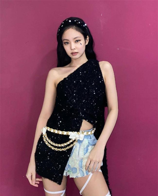 10 bộ cánh giúp Jennie (BLACKPINK) trở thành biểu tượng thời trang xứ Hàn - Ảnh 2