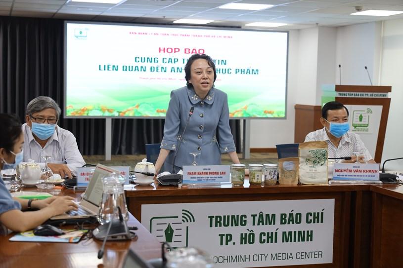 Trưởng Ban Quản lý An toàn Thực phẩm (ATTP) Phạm Khánh Phong Lan chủ trì họp báo. (Ảnh KM)