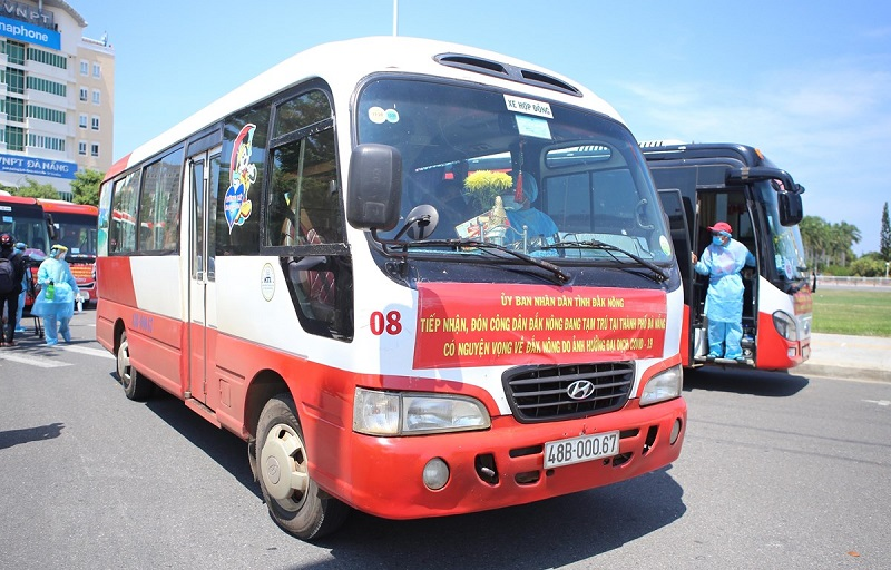 Xe ôtô chở người dân Đắk Nông bị kẹt lại Đà Nẵng do dịch trở về nơi cư trú. (Ảnh: Trần Lê Lâm/TTXVN)