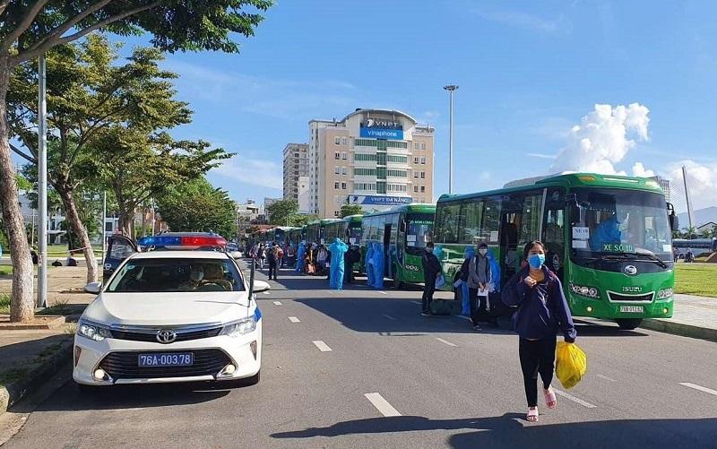 15 chuyến xe nghĩa tình của Mai Linh Quảng Ngãi đưa hơn 700 người dân mắc kẹt tại tâm dịch Đà Nẵng về quê.