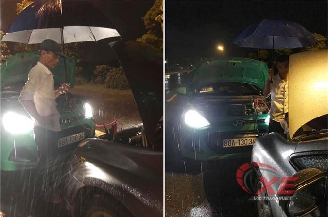Ô tô của chị Hoa bị chết máy giữa trời mưa được người lái xe taxi tốt bụng câu giúp điện.