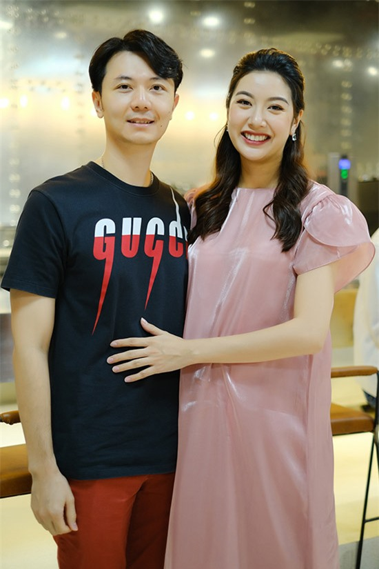 Á hậu Thuý Vân sánh đôi ông xã doanh nhân.