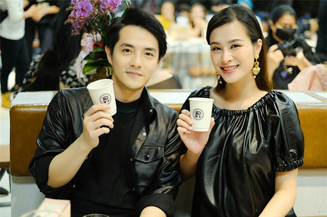 Vợ chồng Đông Nhi - Ông Cao Thắng ủng hộ Ngô Kiến Huy mạnh dạn kinh doanh lĩnh vực đồ uống.