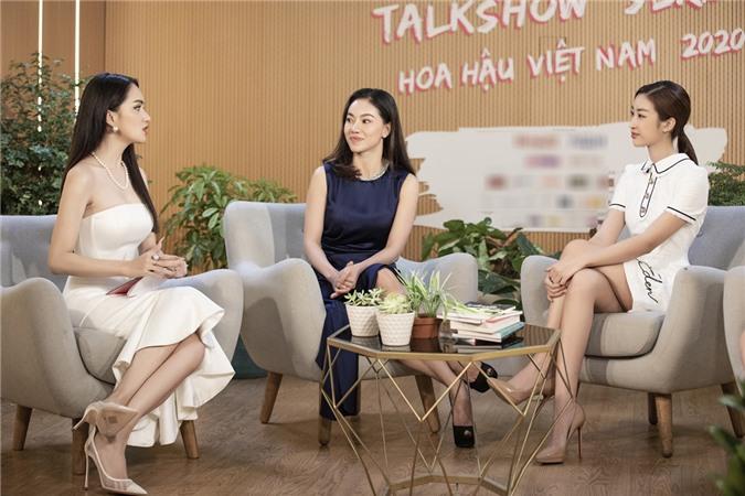 Hương Giang (trái) trò chuyện với HHVN 2016 Mỹ Linh (phải), bà Phạm Kim Dung - phó trưởng BTC HHVN về chủ đề