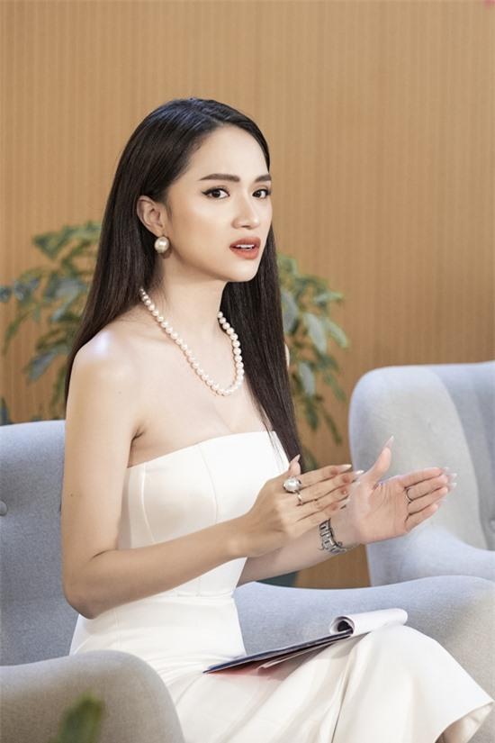Dù vậy, Hương Giang nhận định các người đẹp phải nỗ lực hoạt động để giữ độ hot nếu không dễ bị thay thế bởi các đàn em.