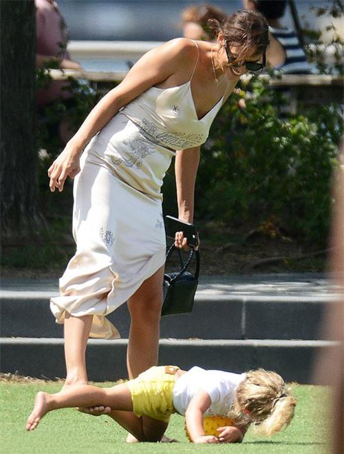 Irina Shayk chơi đá bóng cùng con trên sân cỏ.
