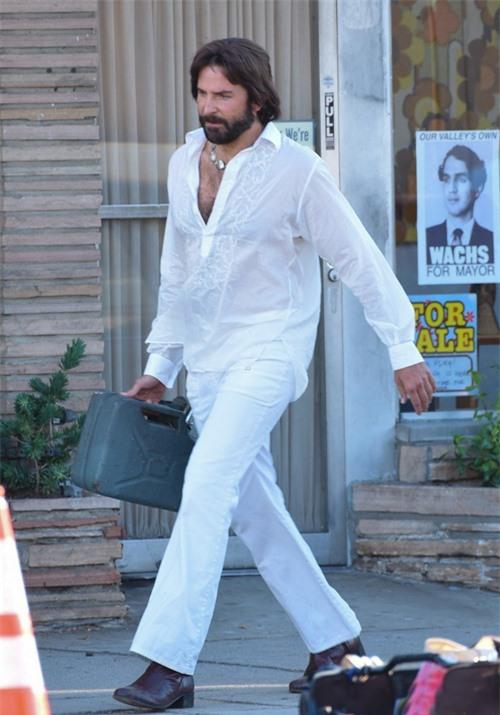 Bradley Cooper hiện bận rộn đóng phim ở California. Nam diễn viên hóa trang thành một ngôi sao thập niên 1970 trong tác phẩm điện ảnh chưa được tiết lộ tên.