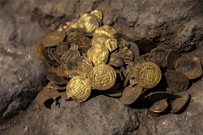 Nhóm tình nguyện đào được kho báu 1.100 năm tuổi ở Israel