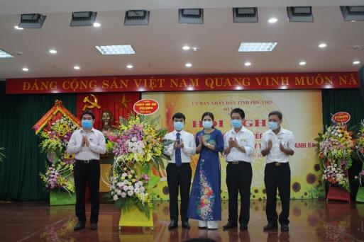 Ông Nguyễn Văn Đức, Tỉnh ủy viên, Bí thư huyện ủy tặng hoa chúc mừng TTYT Thanh Ba