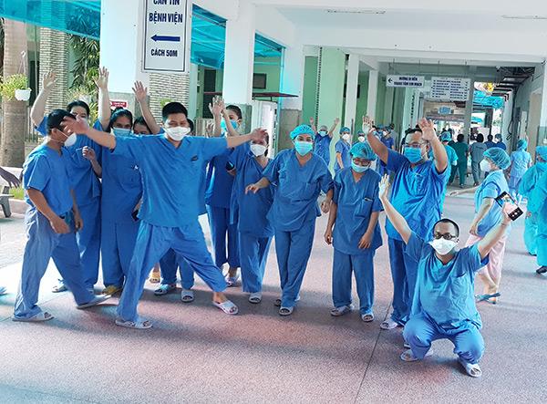 Niềm vui của các y, bác sĩ, nhân viên y tế Bệnh viện Đà Nẵng khi được dỡ bỏ phong tỏa