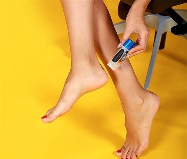 Bạn có thể tận dụng lăn khử mùi để tránh đau chân khi đi giày cao gót