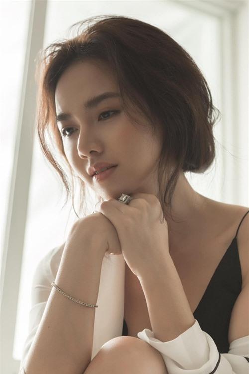 Thời con gái, Đinh Ngọc Diệp được ví là Ngọc nữ màn ảnh Việt bởi gương khả ái cùng nụ cười rạng rỡ, thu hút người đối diện. Sau khi lập gia đình với đạo diễn Victor Vũ rồi lần lượt sinh hai con, cô đẹp hơn nhờ trải nghiệm thiên chức làm mẹ và có đời sống hôn nhân viên mãn.