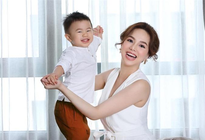 Không đợi hết cữ, bà xã Victor Vũ sớm trở lại công việc khi con mới được vài tuần tuổi. Cô thực hiện những hình ảnh quảng cáo sản phẩm mẹ và bé ngay tại nhà để hạn chế di chuyển và tiện chăm sóc con.