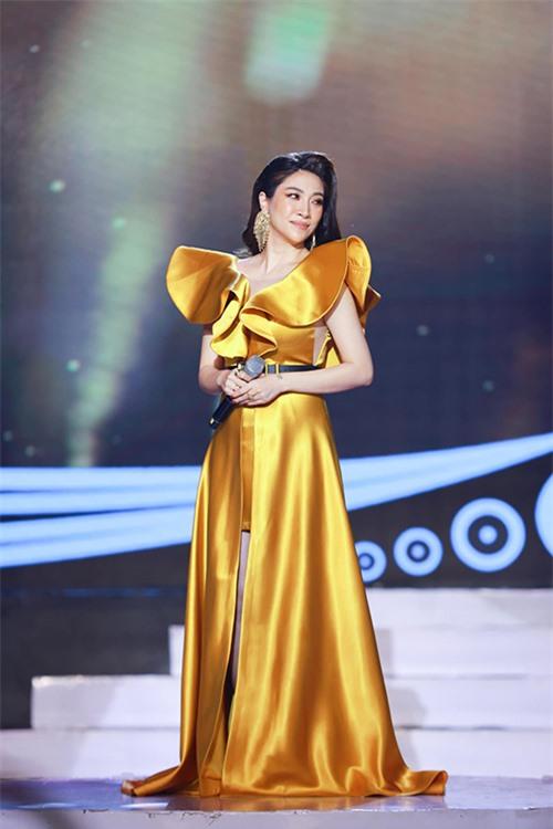 Khi mang bầu khoảng tháng thứ tư, Pha Lê tham gia cuộc thi Én Vàng phiên bản nghệ sĩ. Cô dành rất nhiều tâm huyết, đầu tư trang phục chỉn chu để tranh tài khả năng dẫn chương trình.