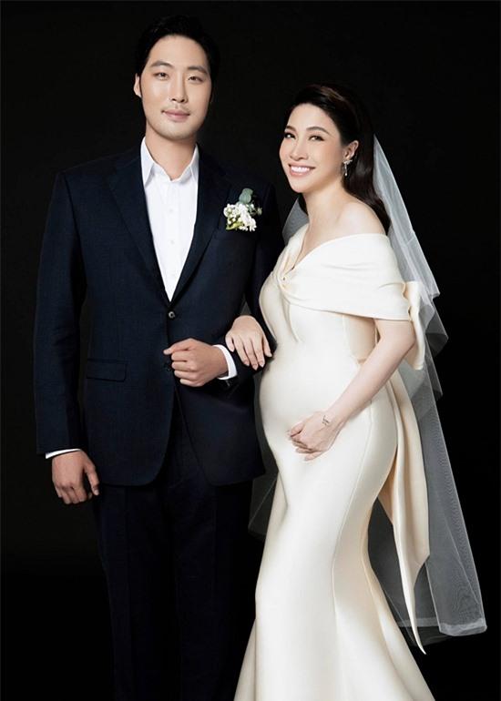Chưa thể tổ chức đám cưới nên Pha Lê cùng ông xã chụp ảnh cưới và làm thủ tục đăng ký kết hôn trước. Họ chính thức trở thành vợ chồng trên pháp luật từ đầu tháng 8. Cặp đôi dự định đón con gái đầu lòng vào cuối 9.