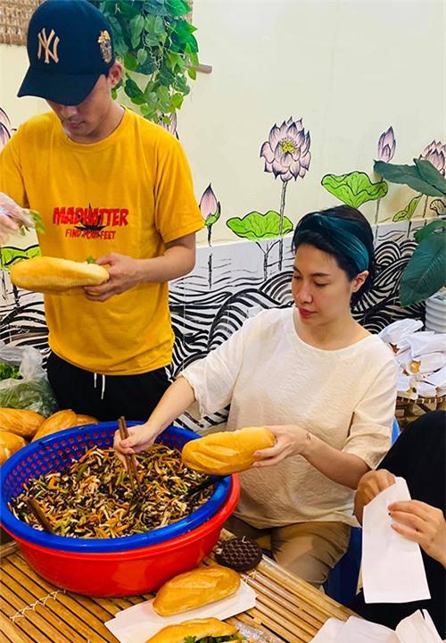 Pha Lê vừa cùng các nhân viên trong cửa hàng và bạn bè chuẩn bị quà từ thiện cho các hoàn cảnh khó khăn, người vô gia cư trên địa bàn TP HCM.