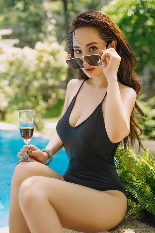Cô nàng không ngần ngại khoe hình thể khi diện bikini.
