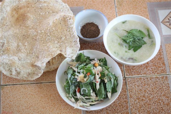 Ba má đều là người Quảng Ngãi nên khi ăn gỏi và cháo gà nhất định phải có bánh tráng nướng.