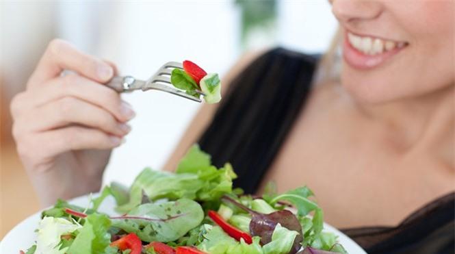 Sai lầm khi ăn tối vừa sinh bệnh vừa giảm tuổi thọ, rất nhiều người Việt mắc - ảnh 1